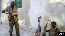 Самалі – ваеўнікі Аль-Шабааб падчас баёў з урадавымі сіламі ў сталіцы краіны Магадзішу, жнівень, 2010