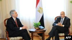 Zëvendës presidenti i Egjiptit Mohamed ElBaradei (djathtas) gjatë takimit me zyrtarin e lartë amerikan William Burns në Kajro më 3 Gusht