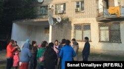 Жители общежития по улице Сырыма Датулы, 1, в городе Аксай во дворе. Западно-Казахстанская область, 17 сентября 2016 года.