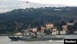 "Эсминец ВМС США ""Тракстон"" проходит через Босфор"