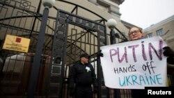 Акція протесту біля російського посольства в Києві, 1 березня 2014 року