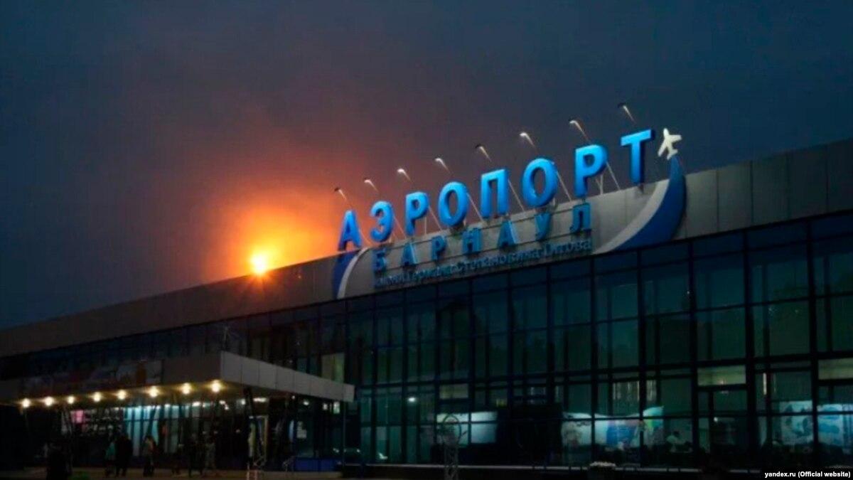 В России во время посадки на самолет обвалился трап с людьми