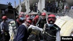 Рятувальники намагаються знайти живих під завалами будинків у Еквадорі