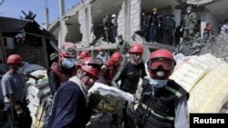 Спасатели извлекают из-под завалов тела погибших на месте разрушений после землетрясения в Эквадоре. Педерналес, 19 апреля 2016 года.