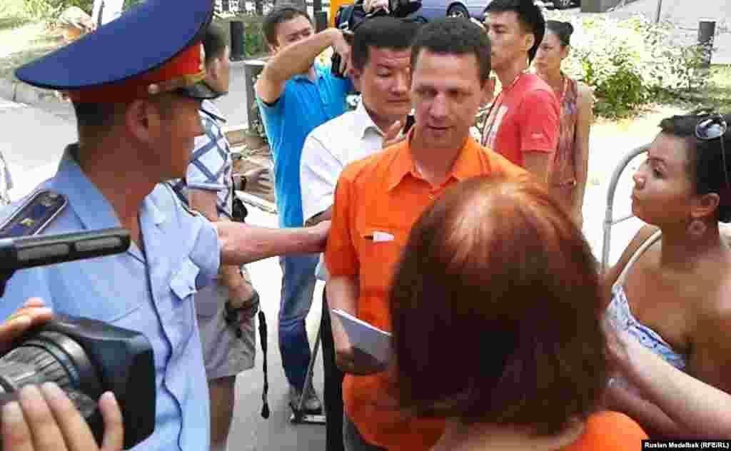 1 августа рядом с посольством Франции в Астане и консульством в Алматы активисты провели акцию и подписали петицию с просьбой не экстрадировать в Казахстан Мухтара Аблязова.