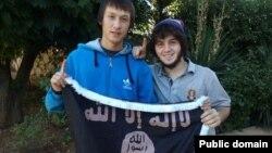 """Теймур Балакишиев (справа) и неизвестный держат флаг одного из радикальных исламских движений. Фото с личной страницы Теймура в соцсети """"Мой мир""""."""