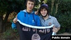 """Теймур Балакишиев (справа) держит флаг с символикой ISIS. Фото из социальной сети """"Мой мир""""."""