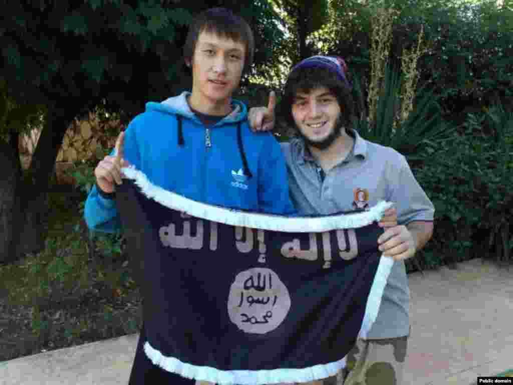 """Несколько жителей Жезказгана, с которыми удалось поговорить корреспонденту Азаттыка, назвали своего земляка Теймура Балакишиева в числе тех, кто «отправился в Сирию на джихад». Мать Теймура, не пожелавшая назвать своего имени, сказала, что ее сын находится не в Сирии, а """"поехал учиться в Египет"""". Пользователь социальной сети «Мой мир» под именем Теймур Балакишиев указывает в анкете, что родился в 1994 году, учился в школе № 13 города Жезказган. На одной из фотографий в обнимку с другом он опирается на костыль и держит в руках черное знамя с надписью на арабском «Нет бога кроме Аллаха»."""