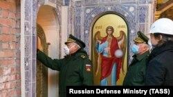 Министр обороны России Сергей Шойгу осматривает строящийся храм ВС РФ