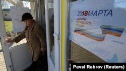 Люди поставили подписи в поддержку Путина в сборочном пункте в Черноморском порту Евпатории. 9 января 2018 года