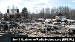 Згорілі хати нагадують звалище використаних будівельних матеріалів із запахом диму