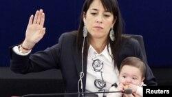 Член Європейського парламенту з дитиною під час сесійного засідання в Страсбурзі, 8 березня 2012 року