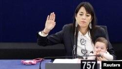 لیسیا رونزولی، نماینده ایتالیایی پارلمان اروپا در سال ۲۰۱۱