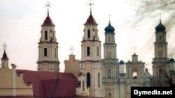 Костел Святой Троицы (слева) и Православная церковь Рождества Пресвятой Богородицы в Глубоком (Белоруссия)