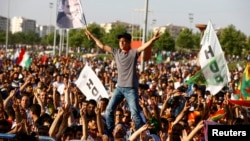 مناصرون لحزب الشعوب الديمقراطي التركي الموالي للكرد يحتفلون بعد الإعلان عن نتائج الإنتخابات البرلماينة
