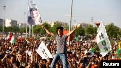 HDP tərəfdarı Abdullah Ocalan-ın portretini qaldırır