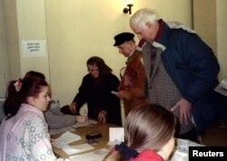 Напередодні виборів офісом ООН у Вуковарі було видано десятки тисяч паспортів Хорватії місцевим сербам. Після цього вони отримали право голосувати. 16 лютого 1997 року.
