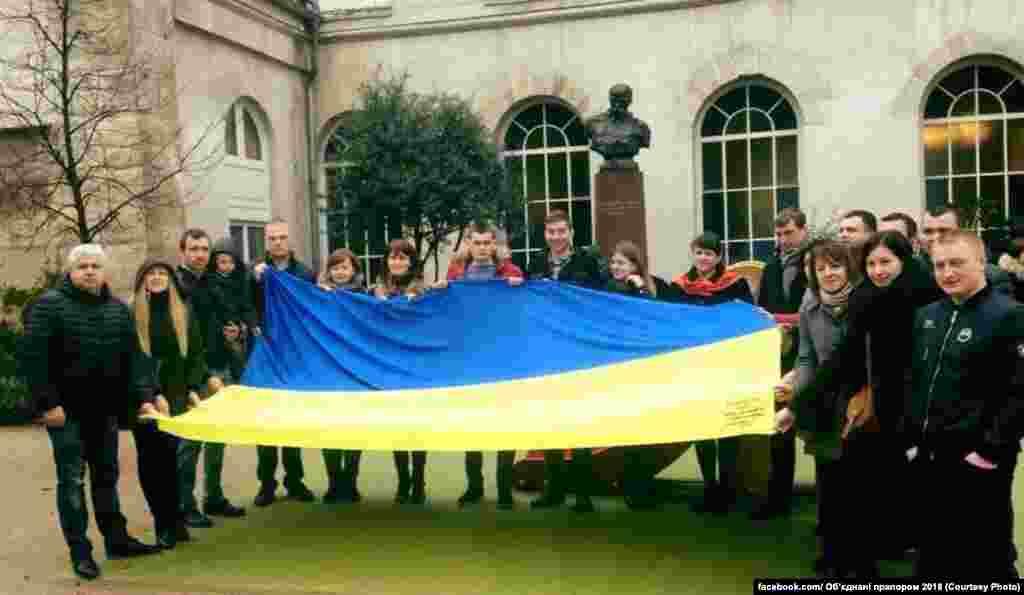 Далі французькі «бандерівці» (як вони себе називають) зустрічали прапор біля пам'ятника Шевченку