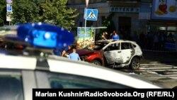 Сотрудники полиции рядом с местом, где взорвался автомобиль, в котором находился Павел Шеремет. Киев, 20 июля 2016 года.
