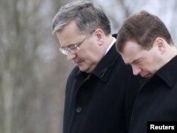 Бронислав Коморовский и Дмитрий Медведев на месте трагедии. 2011 год