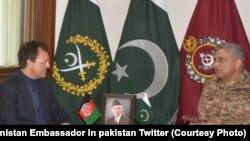 افغان سفیر په راولپېنډۍ کې له پاکستاني پوځ مشر جنرال باجوه سره ویني