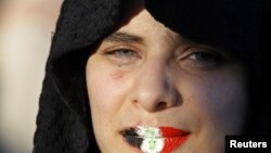 Arxiv foto: Dodaqlarına Suriya bayrağının rənglərini çəkməklə prezident Assad-ə etiraz edən qadın