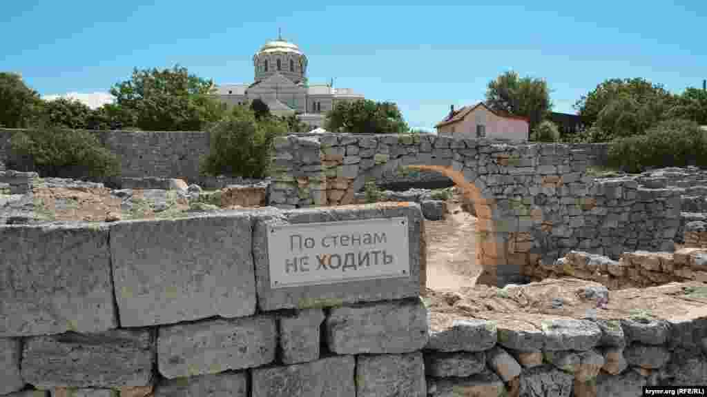 Запретительная табличка на стене античного городища