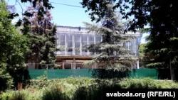 Закінуты корпус санаторыя ў Алушце