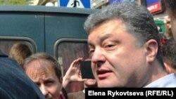 Украина президенті Петр Порошенко халық арасында.