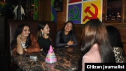 Иллюстративное фото: девушки сидят в кафе, декорированном в стиле советской эпохи. Фото нашего читателя, присланное на фотоконкурс.