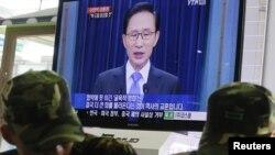 Vojnici Južne Koreje slušaju predsjednika Li Mjung-Baka