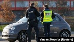 გერმანიის და საფრანგეთის პოლიცია მანქანებს აკონტროლებს გერმანია-საფრანგეთის საზღვარზე.