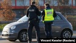 Francuski i nemački policajac u kontroli na granici u Strazburu 16. novembra 2015