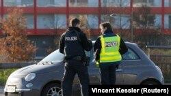 Policia gjermane dhe franceze gjatë kontrollit në kufirin ndërmjet dy vendeve pas sulmeve vdekjeprurëse në Paris