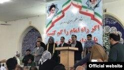 محمود احمدی نژاد روز دوم فروردین در اهواز به حسن روحانی و همچنین اصولگرایانی که او را به «انحراف» متهم میکنند، حمله کرد.
