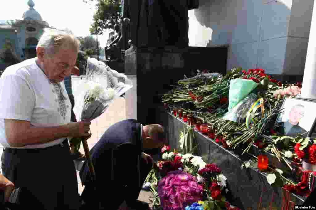 Кияни несуть квіти на місце загибелі нацгвардійця Ігоря Дебріна, Київ, 1 вересня 2015 року