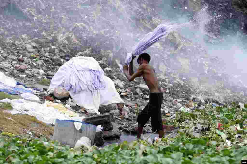 В городе Хазарибагх в Банглдеш, находится кожевенная фабрика, которая превратила район в один из грязнейших уголков мира. Население здесь болеет заболеваниями кожи и страдает от различных аллергий. Сами бангладешцы не следят за экологией: повсюду разбросан мусор, а индустриальные и медицинские отходы попросту сбрасывают в реки