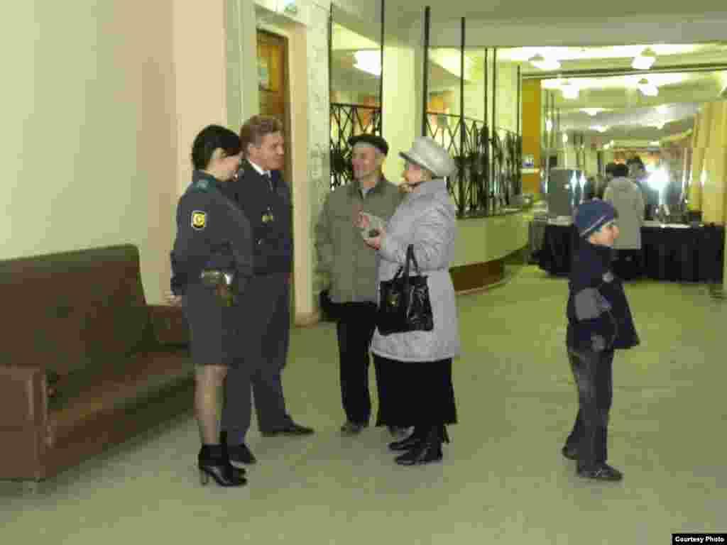 На избирательном участке №844 девушка-полицейский, не представившись, уверяла корреспондента, что он должен подойти к председателю комиссии и спросить разрешения на съемку, а также быть в каком-то списке, чтобы иметь на это право.