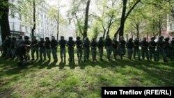 """Путинді ұлықтау күнінде Мәскеу полициясы көшелерді шерушілерден """"тазартып"""" жүр. 7 мамыр 2012 жыл."""