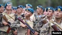 """Казахстанские миротворцы проходят маршем на церемонии открытия учений """"Степной орел-2011""""."""