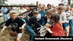Източногерманци щурмуват вратата на границата между Унгария и Австрия, 19 август 1989 г.