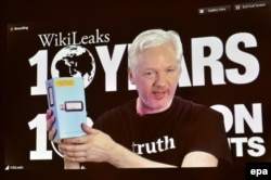 Julian Assange vorbind la o conferință la Berlin via skype