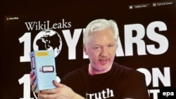 Julian Assange, osnivač WikiLeaks-a govori via video linkom na konferenciji u Berlinu, 4. oktobra 2016.