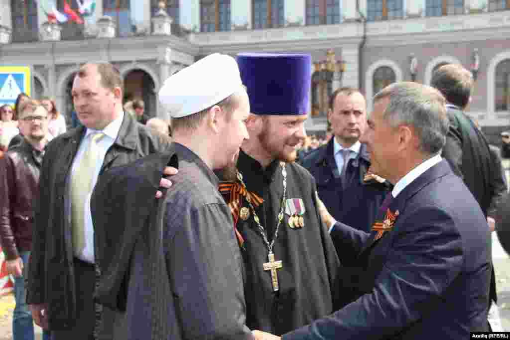 Рөстәм Миңнеханов мөселман һәм христиан дин әһелләре белән сөйләшә