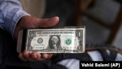 ایران بزرگترین بحران ارزی خود در طول چهار دهه حکومت جمهوری اسلامی را تجربه میکند