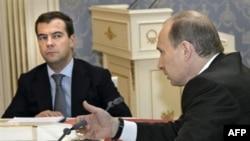 Dmitri Medvedev şi Vladimir Putin la Moscova an aprilie 2008.