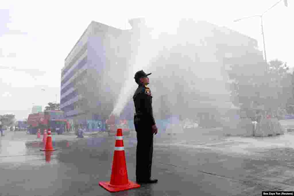 Bangkok authorities wash dust off streets after a week of hazardous pollution levels in the Thai capital. (Reuters/Soe Zeya Tun)
