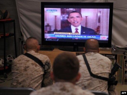 نظامیان آمریکایی در پایگاهی در افغانستان در حال دیدن سخنان باراک اوباما در مورد مرگ بنلادن