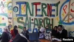 Kabulda zenanlara niýetlenen Internet kafe, 2012-nji ýyl.
