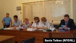Владимир Козлов, Серік Сапарғали және Ақжанат Әминовтің адвокаттары. Ақтау, 16 тамыз 2012 жыл.